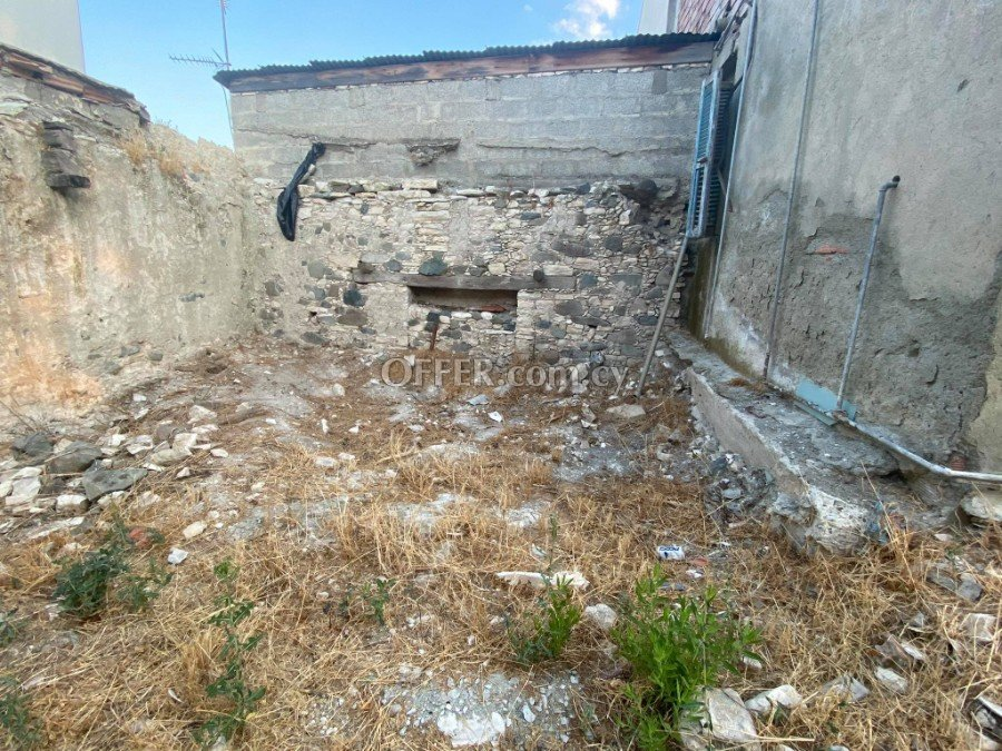 2 bed flat that needs full renovation in Agios Mamas - 4